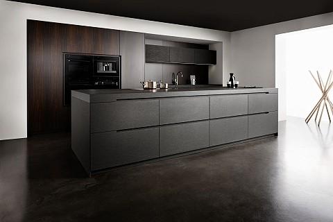 Eggersmann Nero Assoluto keuken eiland in steen met houten kastenwand - luxe keuken, ASWA Keukens