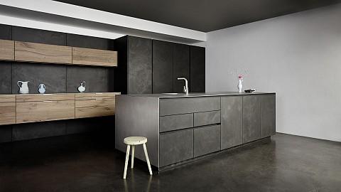 Eggersmann beton keuken met rvs keukenblad en houten kasten - luxe keuken, ASWA keukens