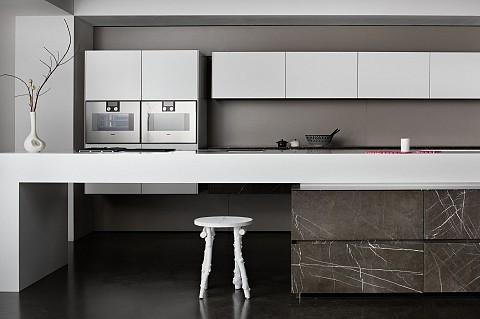 Eggersmann Nero Assoluto eiland in natuursteen met corianblad - luxe keukens, ASWA Keukens