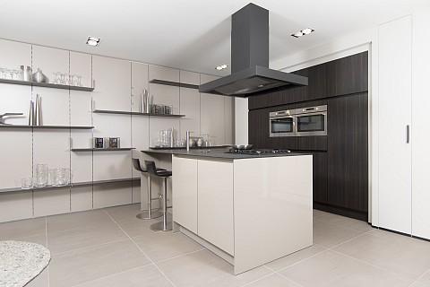 SieMatic hoogglans kookeiland met zwarte afzuigkap - showroom keuken Helmond, ASWA Keukens