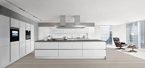SieMatic Pure witte greeploze keuken met donker keukenblad