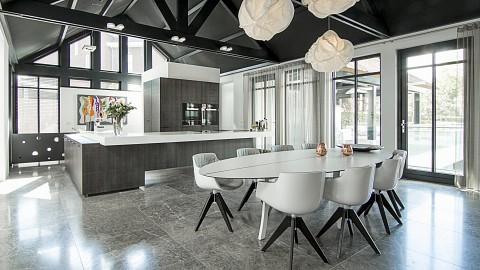 Luxe grijs houten keuken met wit corian werkblad, Klant ervaring ASWA Keukens
