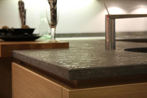 Jetstone graniet keukenblad op houten keuken, ASWA Keukens