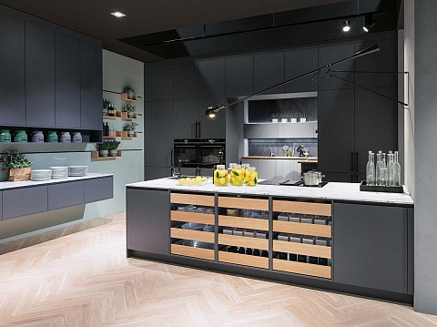 Moderne SilverLine keuken zwart met hout, ASWA Keukens