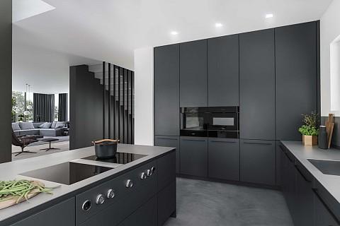 SieMatic Pure - SieMatic keuken zwart kookeiland met hoge keukenkasten, ASWA Keukens