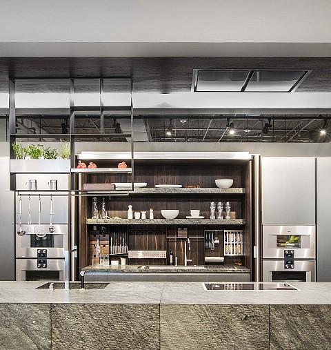 Eggersmann exclusieve keuken met kookeiland in natuursteen en kasten in RVS / eiken fineer, ASWA Keukens
