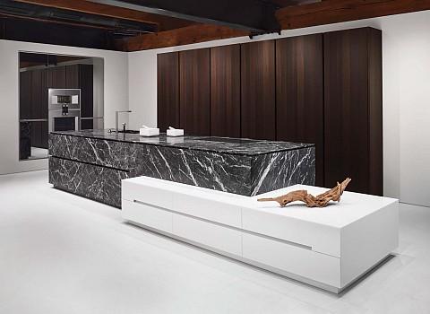 Eggersmann moderne design keuken met marmer kookeiland en hoge kast in hout, ASWA Keukens