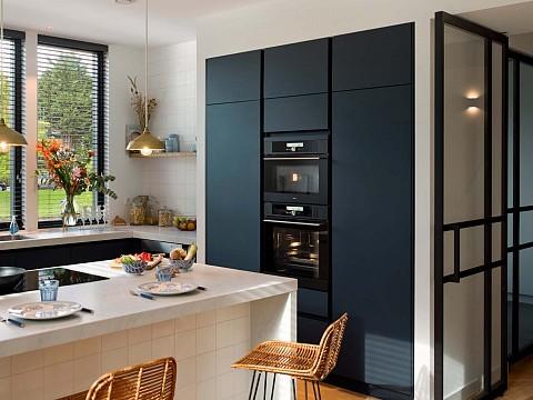 Zwarte keuken met de mat zwarte keukenapparatuur Pelgrim, ASWA Keukens