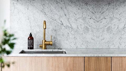 Natuursteen keukenblad marmer met gouden kraan, ASWA Keukens