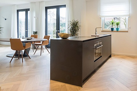 Donker kookeiland met rvs keukenblad en onderbouw oven, Klantervaring ASWA Keukens