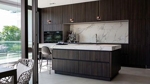 Luxe Eggersmann donker houten keuken met marmer keukenblad, ASWA Keukens