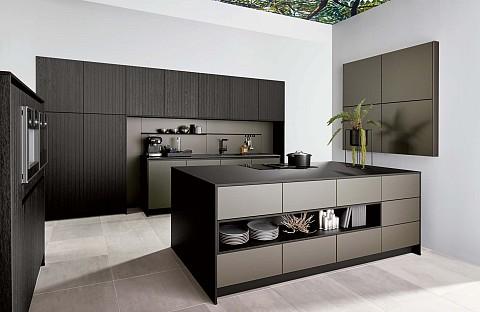 Modern Silverline kookeiland met nis en houten kastenwand, ASWA Keukens