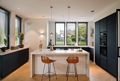 Moderne keuken met Pelgrim appartuur in zwarte kastenwand en wit kookeiland, ASWA Keukens