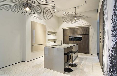 Showroomkeuken SieMatic hoogglans kookeiland met houten kastenwand, ASWA Keukens Hilversum