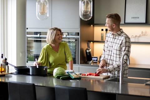 Moderne keuken met donker keukenblad, Klantervaring ASWA Keukens