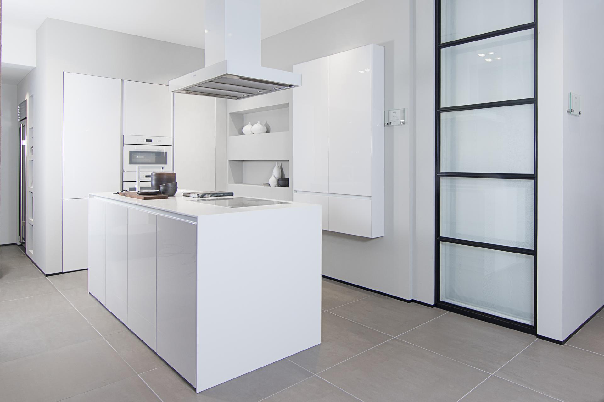 SieMatic witte hoogglans keuken met corian blad, Showroom keuken ASWA Keukens