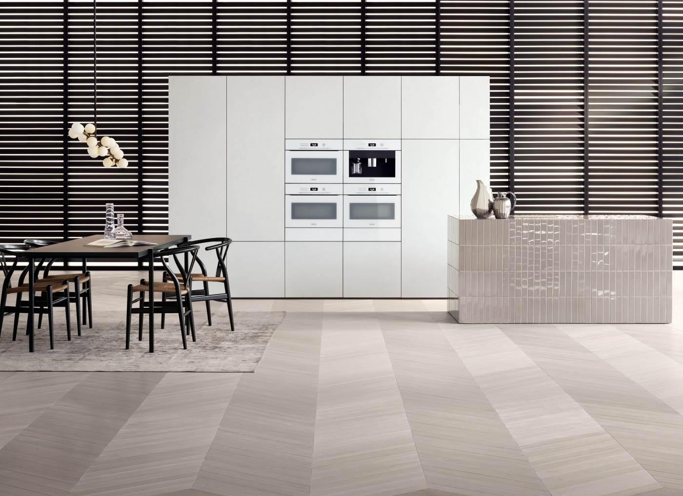 Witte keuken met witte Miele (stoom) ovens en koffiemachine