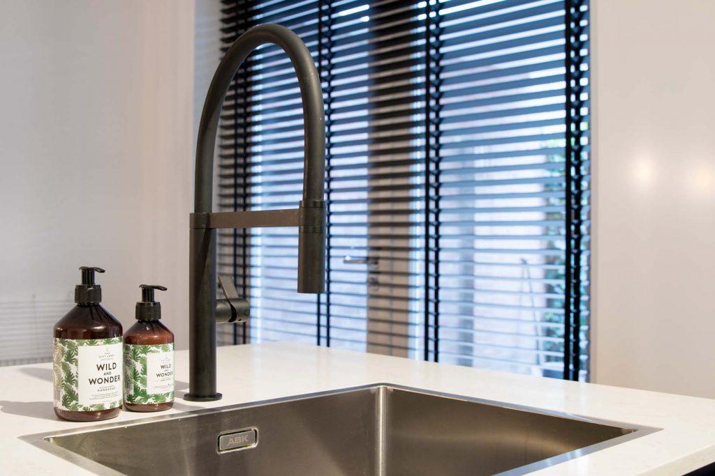 Klantervaring Keukenkraan zwart met rvs spoelbak, Keukenapparatuur ASWA Keukens