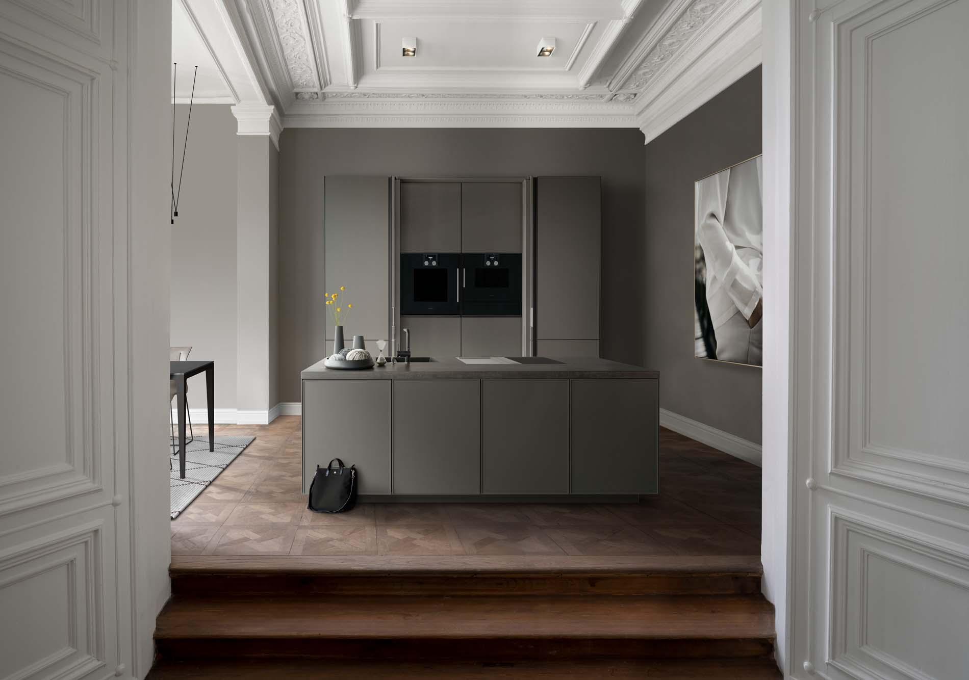 SieMatic Pure - SieMatic keuken grijs kookeiland met hoge keukenkasten, ASWA Keukens