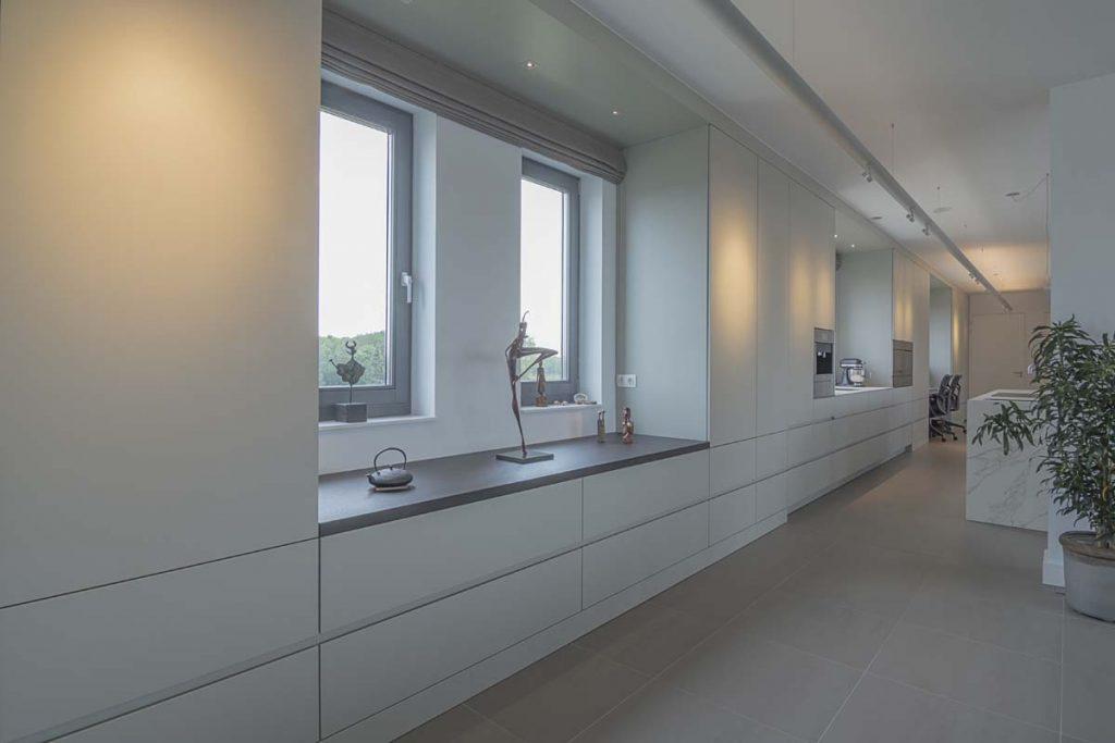 Moderne lange witte keuken, ASWA Keukens