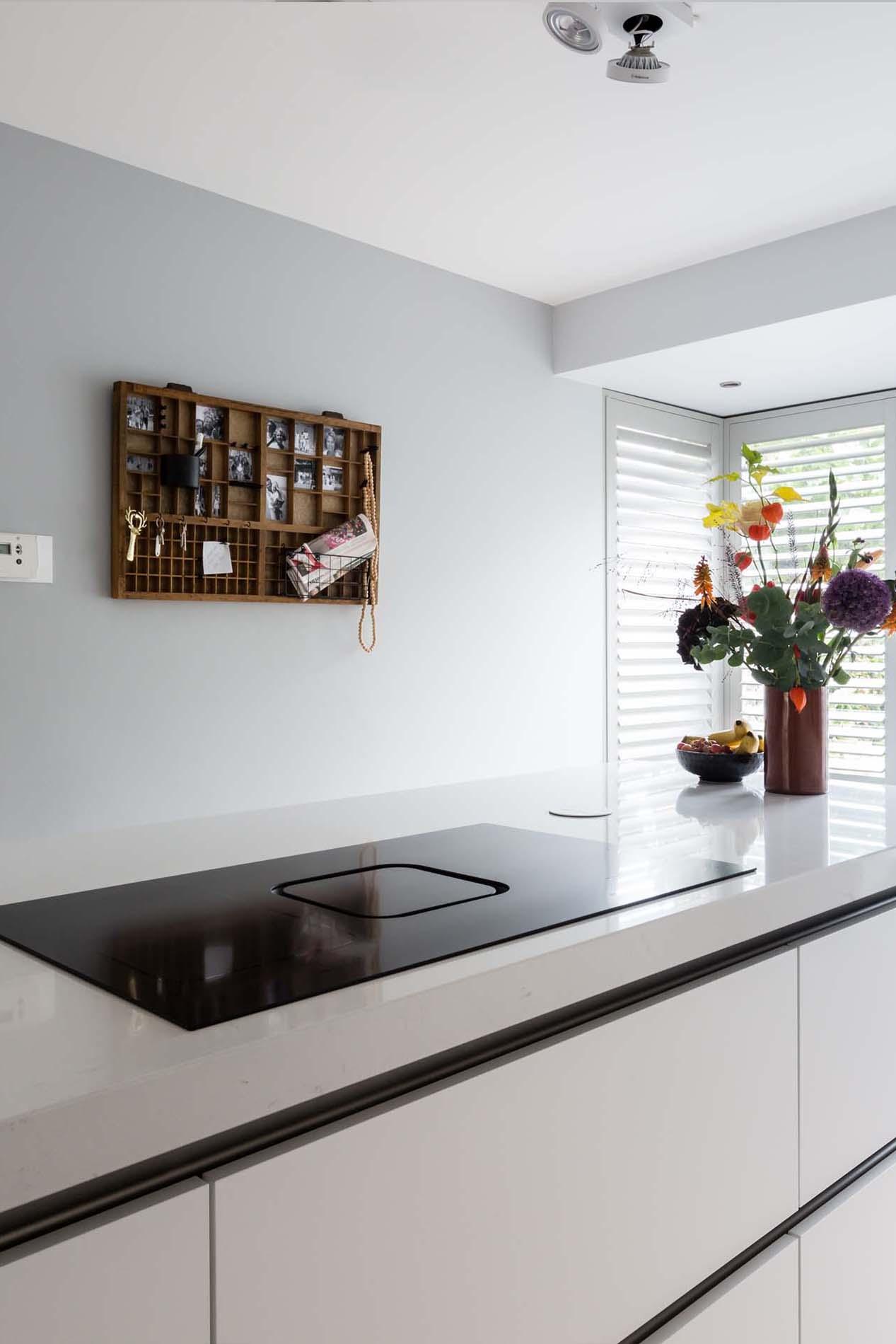 vtwonen keuken met ATAG hood-in-hob inductiekookplaat met afzuiging, Keukenapparatuur ASWA Keukens