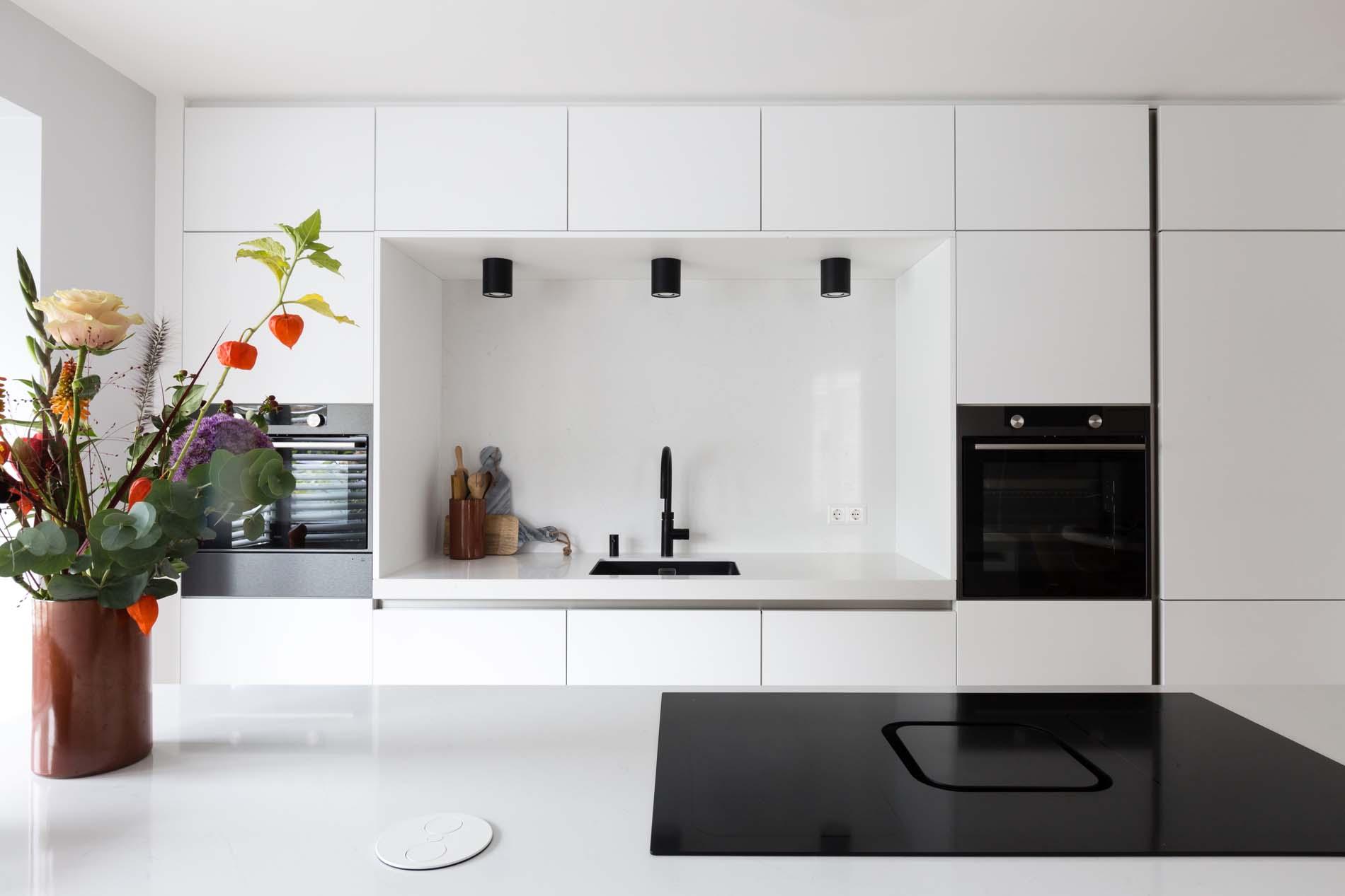 ATAG keukenapparatuur vtwonen keuken witte keuken met zwarte apparatuur, ASWA Keukens