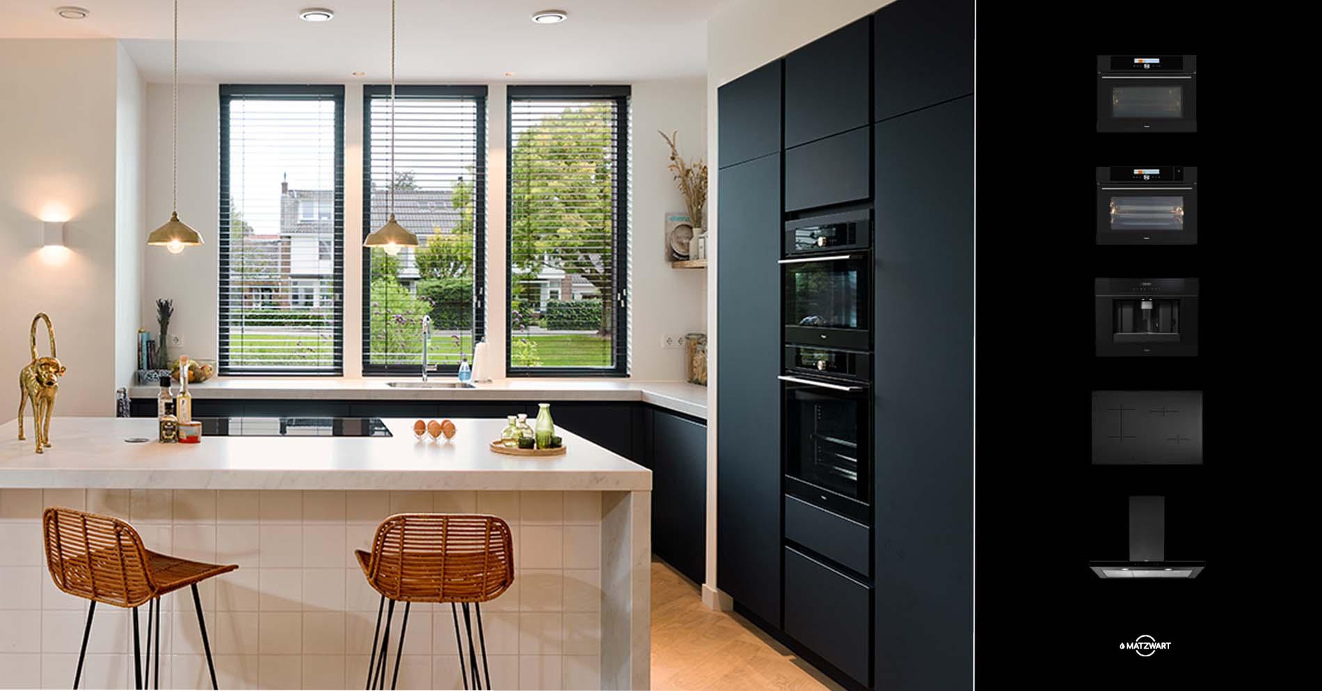 Zwarte keuken met de mat zwarte keukenapparatuur van Pelgrim Matzwart uitgelicht