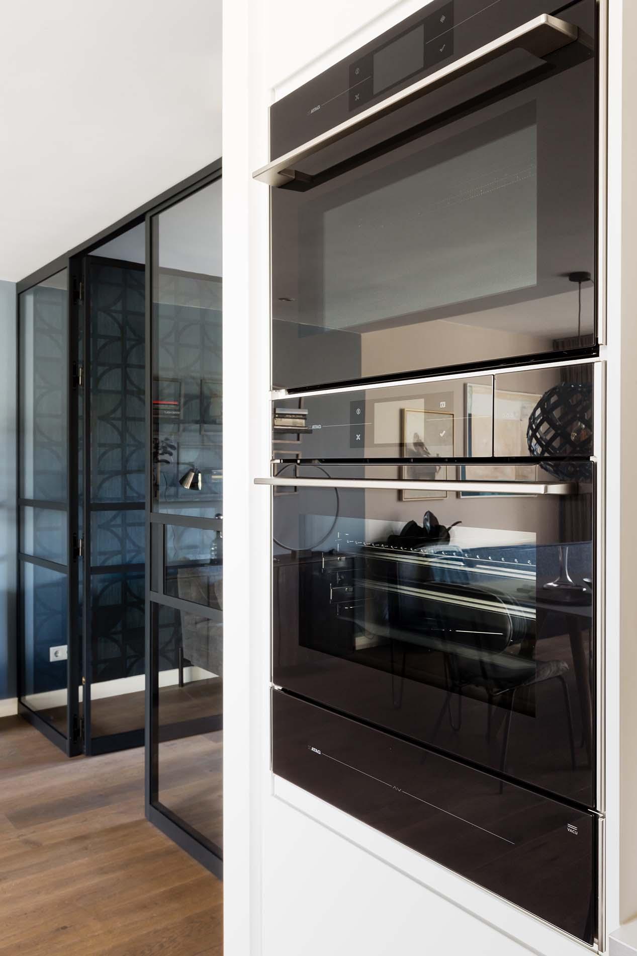 vtwonen keuken met zwarte ATAG apparatuur, Keukenapparatuur ASWA Keukens