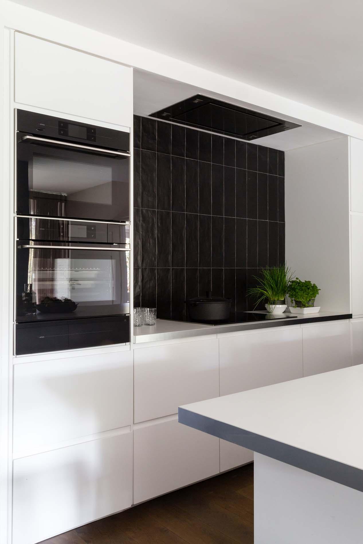 vtwonen keuken met zwarte ATAG apparatuur, ASWA Keukens
