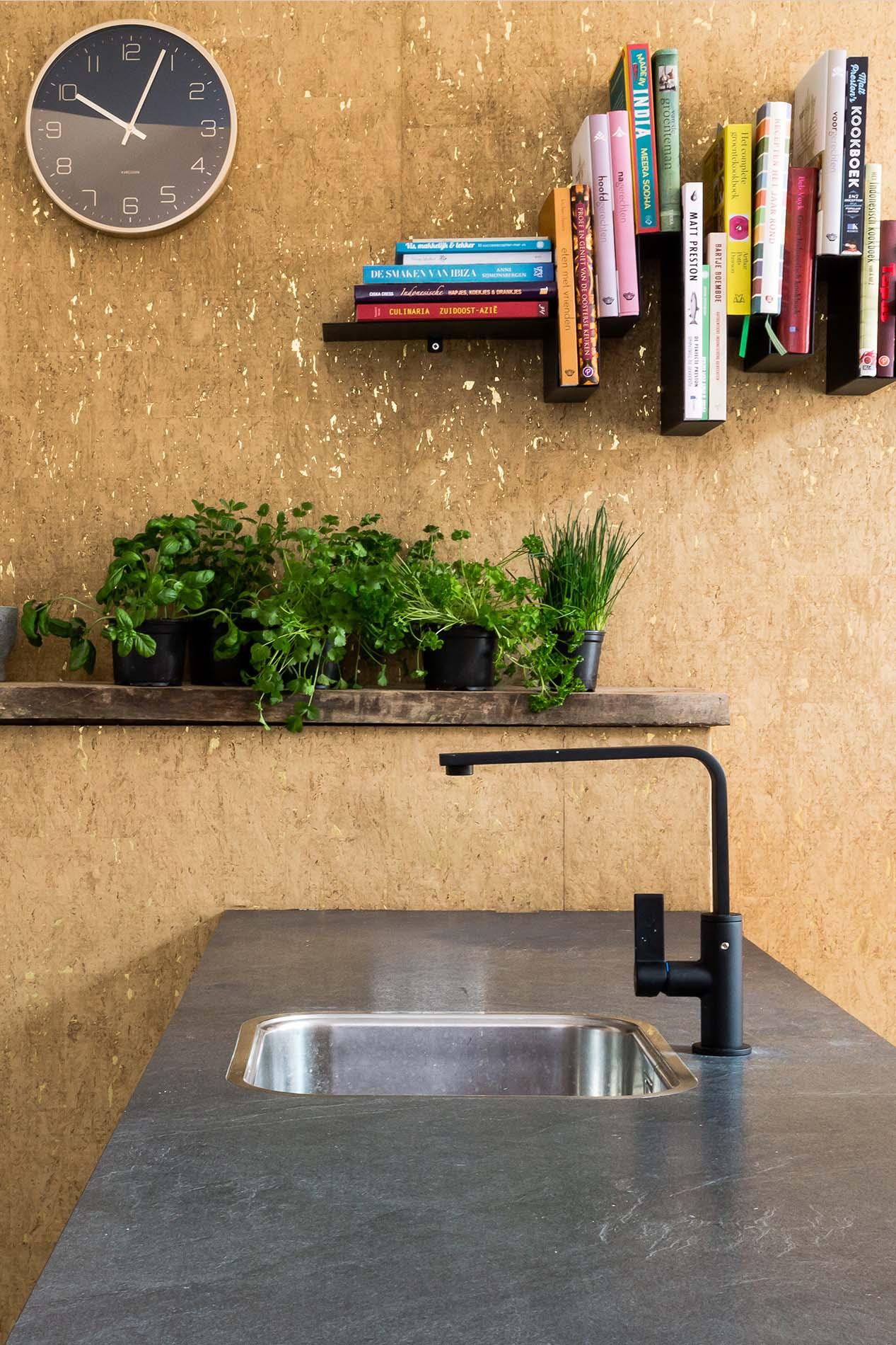 vtwonen keuken met zwarte kraan en ATAG apparatuur, ASWA Keukens