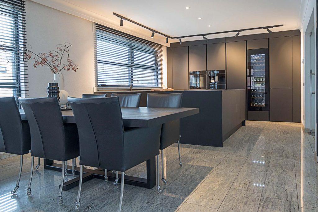 Moderne zwarte keuken met Miele keukenapparatuur, ASWA Keukens