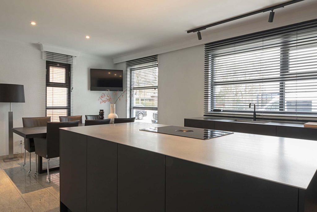 Modern zwart matte keuken met kookeiland, Klantervaring ASWA Keukens