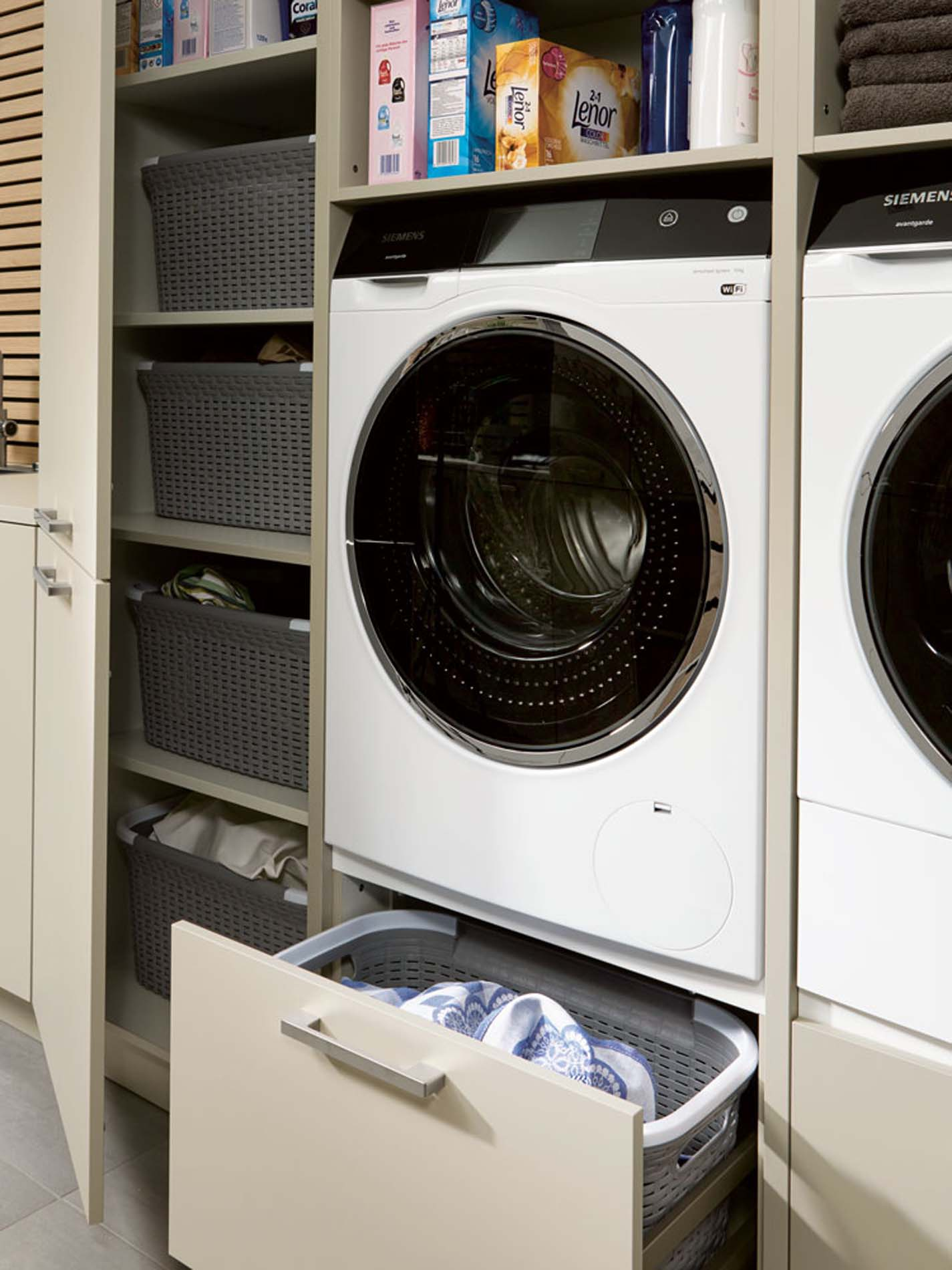 Bijkeuken met wasmachiene en lades voor wasgoed, ASWA Keukens