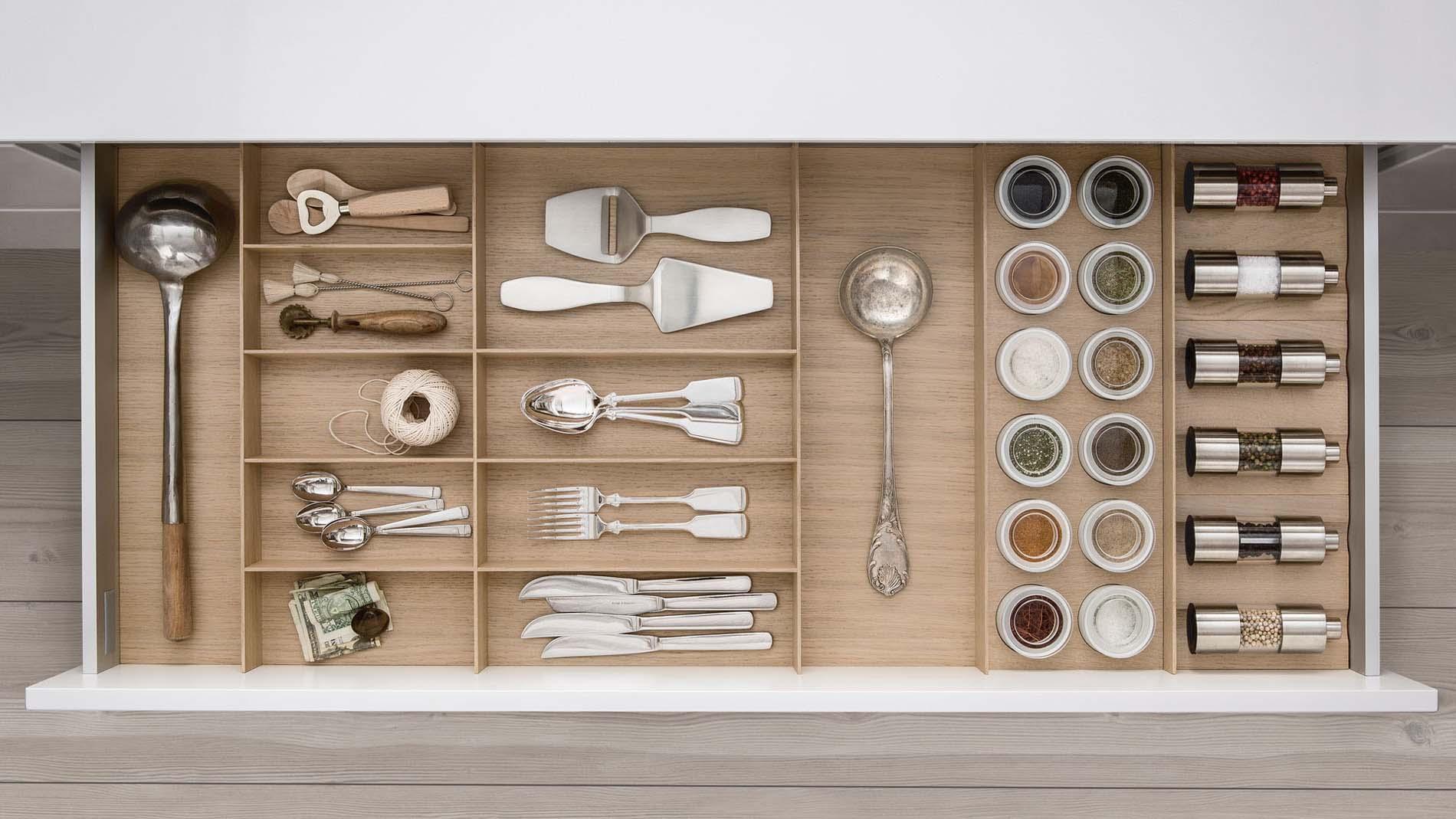 SieMatic INSIDE lade indeling met kruideninrichting en licht eiken hout, Keuken accessoires ASWA Keukens
