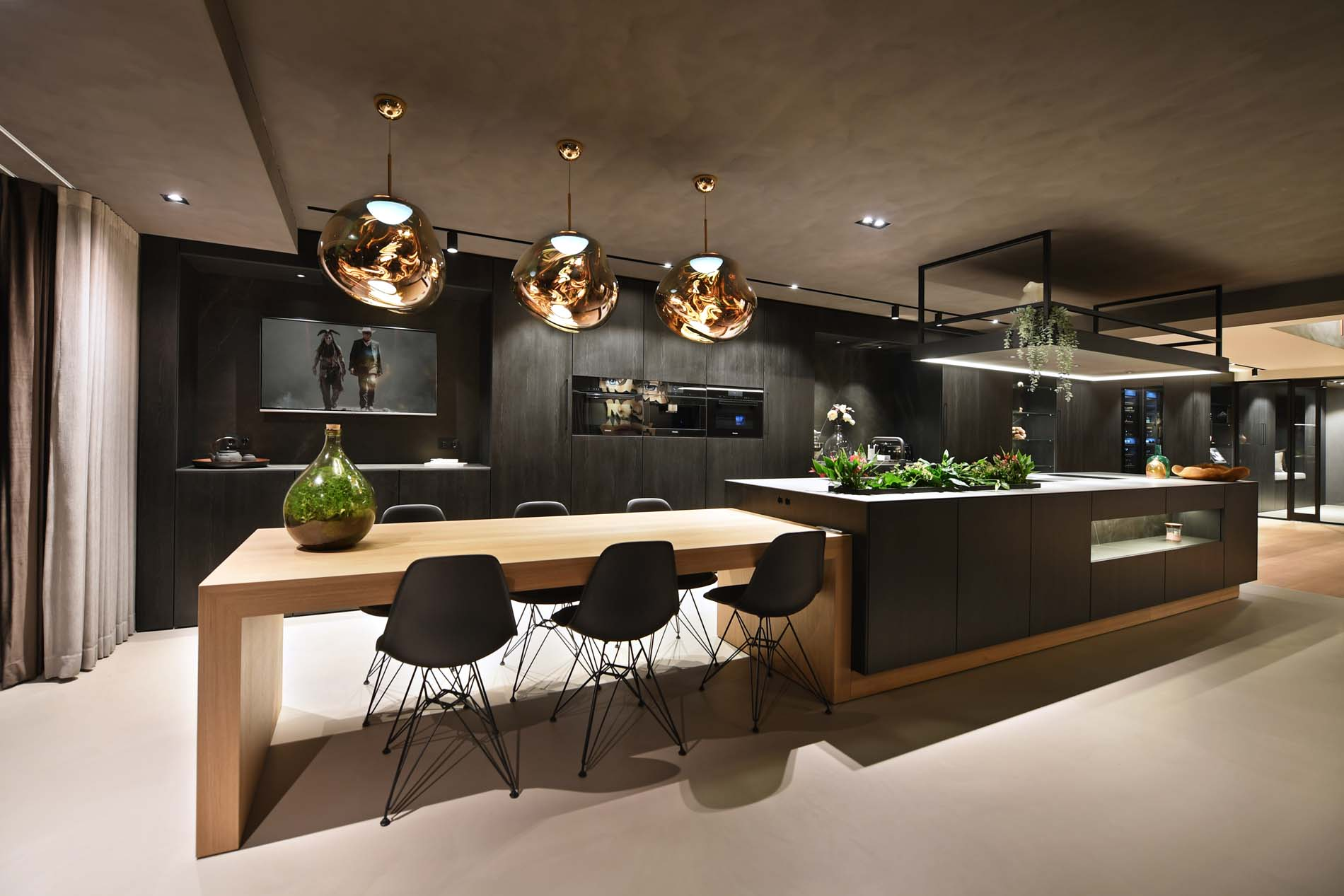 Luxe zwarte keuken met houten tafel, Klantervaring ASWA Keukens