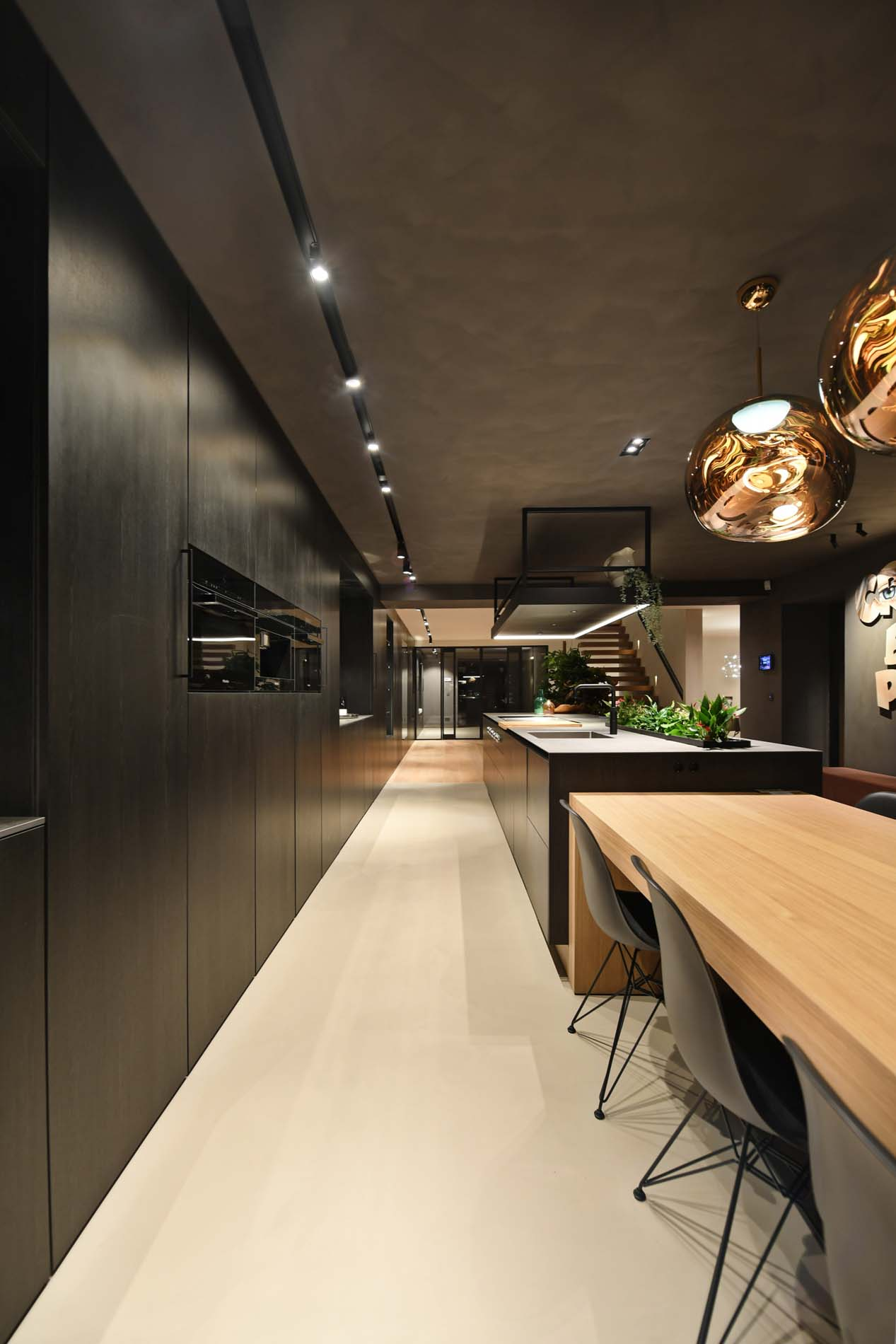 Luxe zwarte houten keuken met eettafel eraan vast, Klantervaring ASWA Keukens
