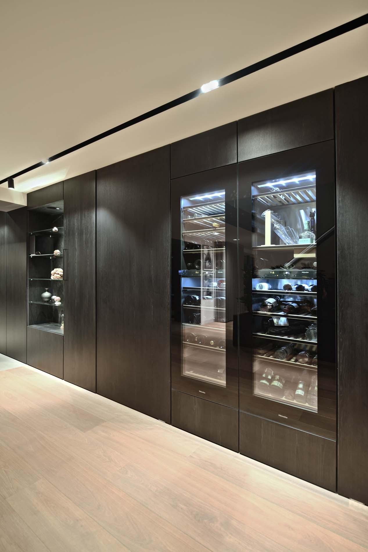Zwarte houten kastenwand met Miele wijnklimaatkast, Klantervaring ASWA Keukens