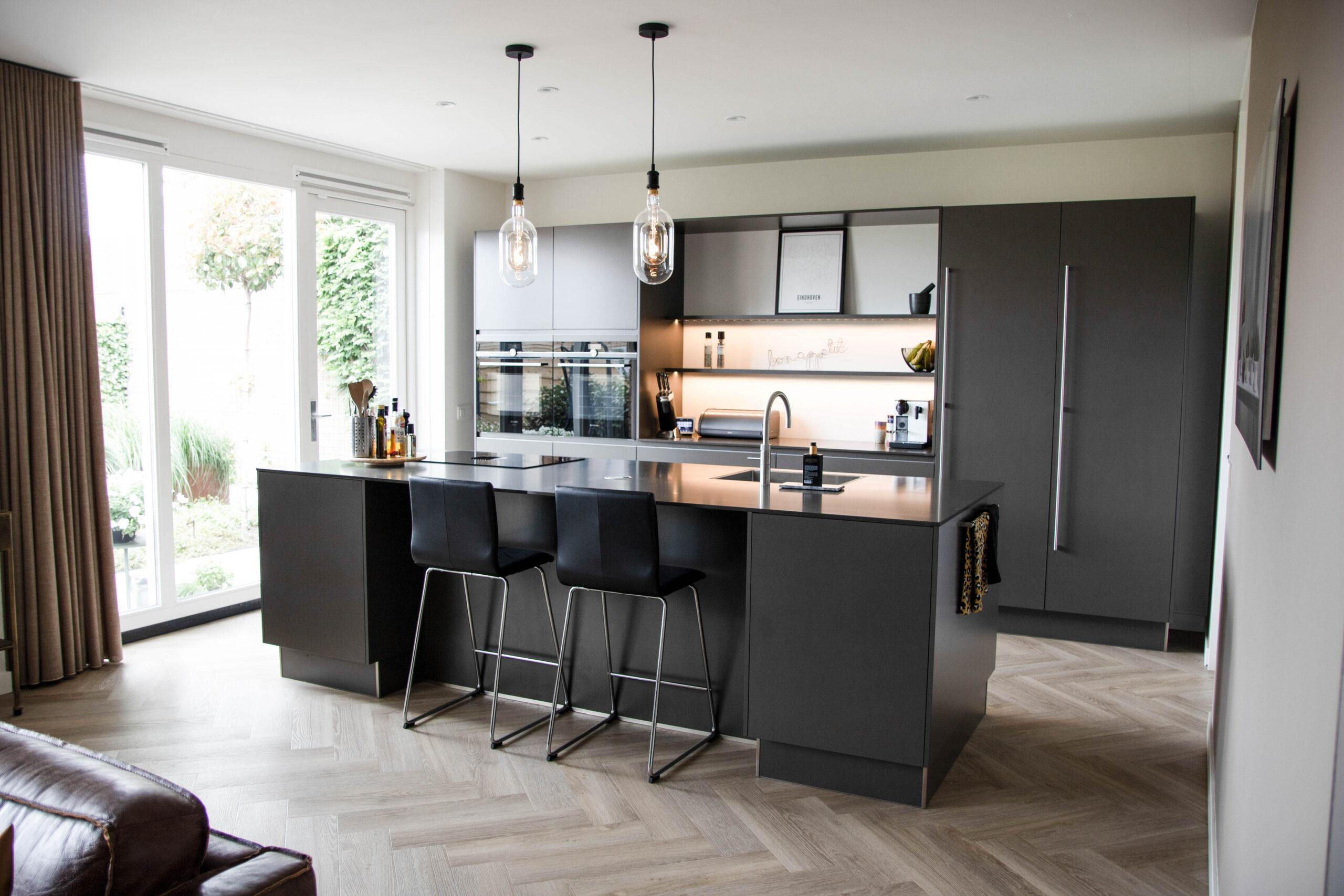 Donkere keuken donker keukenblad, Klantervaring ASWA Keukens